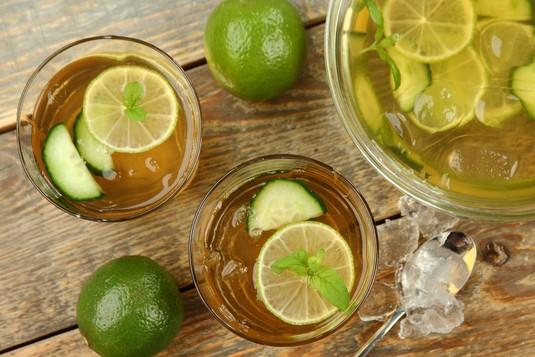 Orzeźwiająca herbata z limonką i ogórkiem