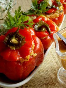 Papryka faszerowana kaszą jaglaną i mięsem w sosie warzywnym ...