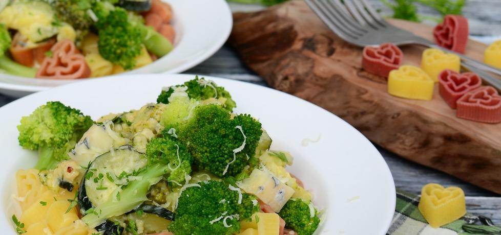 Makaron z brokułem i cukinią w sosie serowo