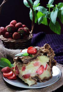 Karpatka czekoladowa z truskawkami i galaretką ...