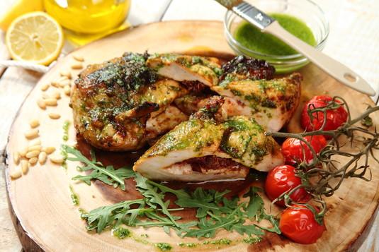 Piersi z kurczaka faszerowane suszonymi pomidorami pod pesto z ...