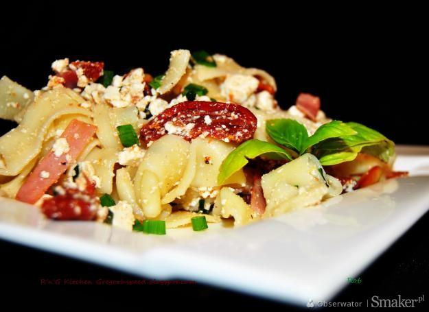 Makaron tagliatelle z ricottą i suszonymi pomidorami