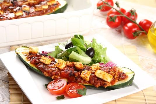 Mięsna cukinia z serem feta i oliwkami