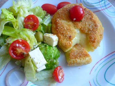 Smażony camembert z sałatka grecką