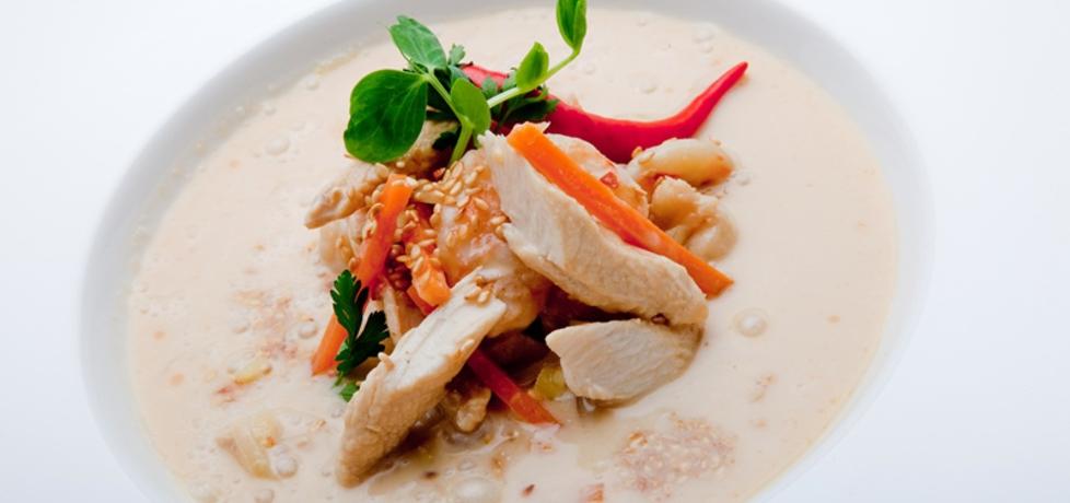 Orientalna zupa z kurczakiem, krewetkami i mlekiem kokosowym ...