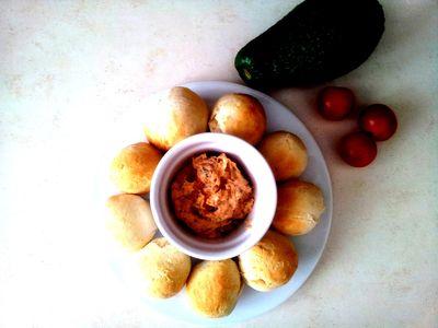 Mini chlebki i pasta z suszonych pomidorów