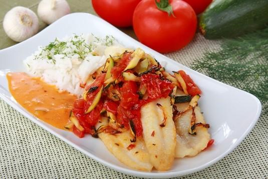 Panga pieczona z pomidorem i cukinią