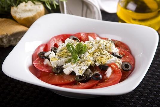 Pomidorowa sałatka z owczym serem