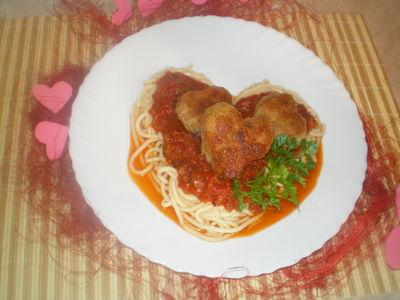 Spaghetti z mięsnymi serduszkami w sosie pomidorowym ...