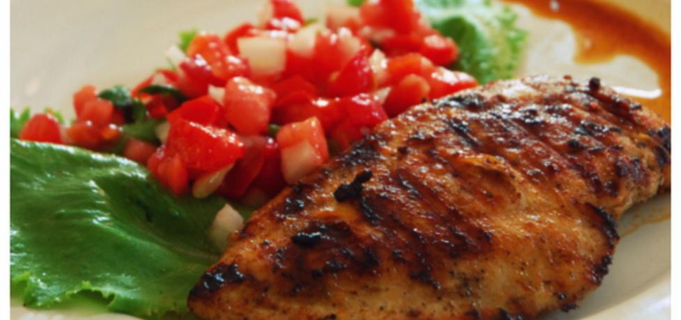 Grillowane pikantne kotlety z piersi kurczaka z salsą pomidorową ...