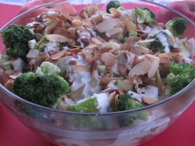 Sałatka brokułowa z migdałami