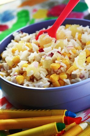 Sałatka z ryżu z wędzonym kurczakiem i kukurydzą
