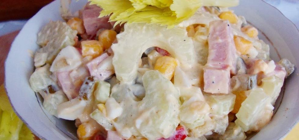 Sałatka z selerem naciowym, kukurydzą, ogórkiem, jajkiem (autor ...