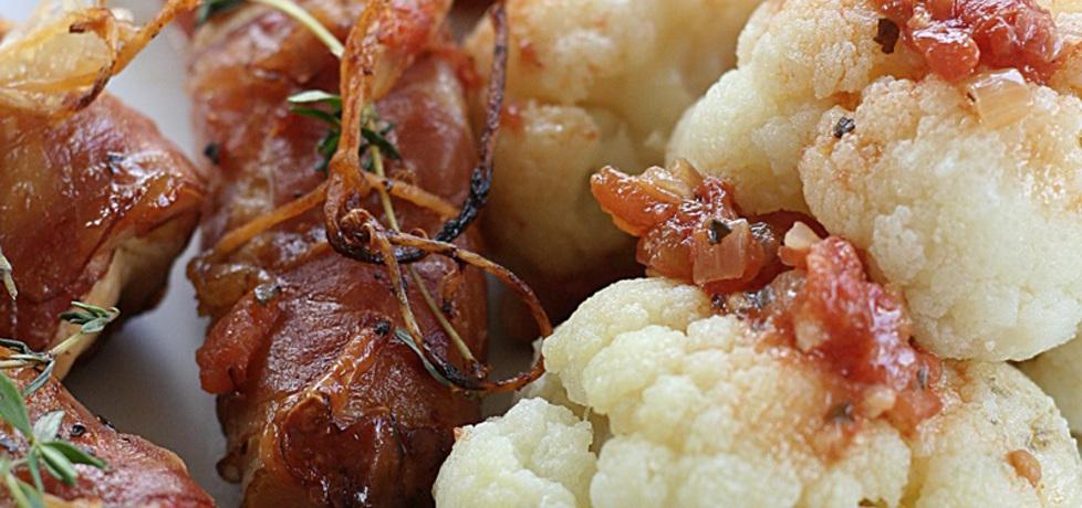 Roladki z kurczaka z mozzarellą w szynce parmeńskiej i pomidorach