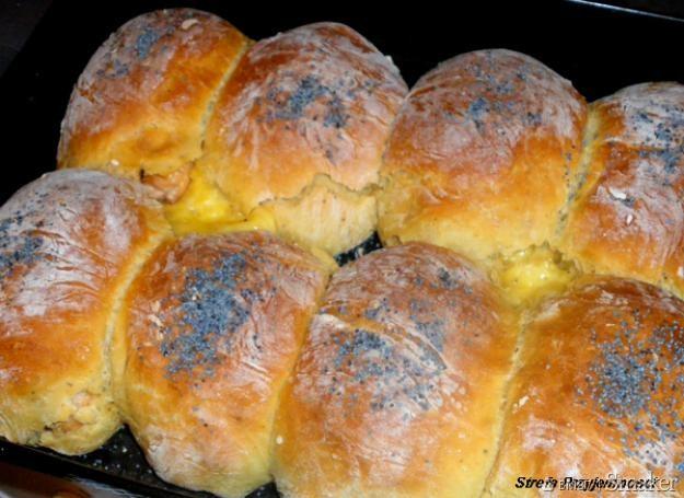 Bułeczki drożdżowe z parówkami i serem