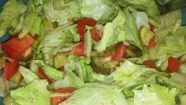 Przepis  sałatka z ogórkiem kiszonym do obiadu przepis