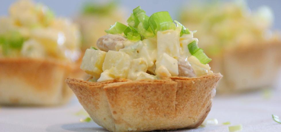 Sałatka z ziemniaków i fasoli podana w miseczkach z tortilli. (autor ...