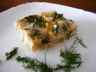 Ryba pieczona z koperkiem, cytryną i czosnkiem