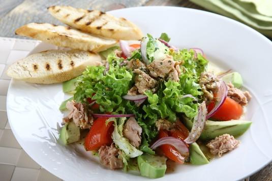 Sałatka z awokado i tuńczykiem