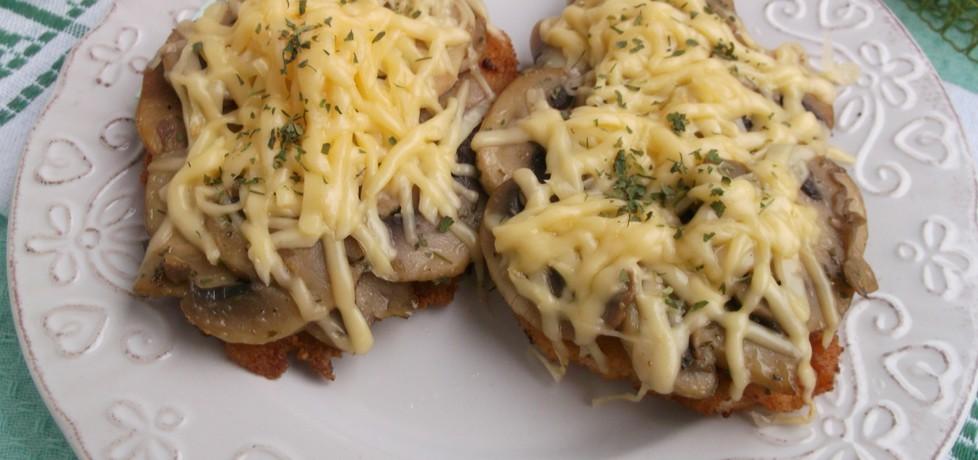 Filet z kurczaka zapiekany z pieczarkami i serem żółtym. (autor ...