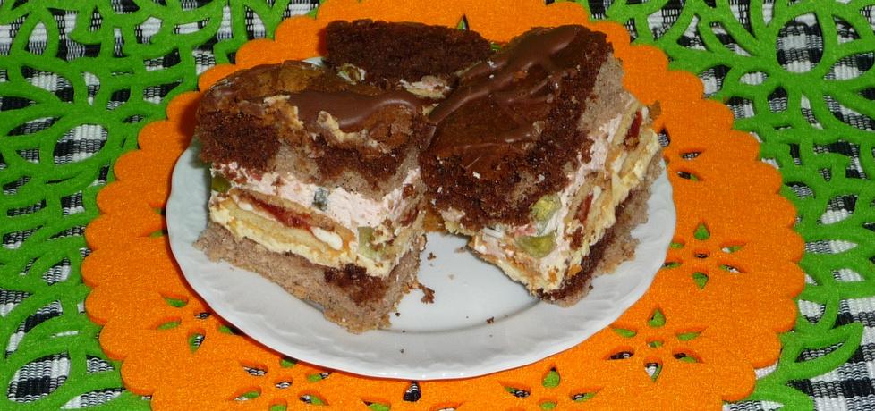 Ciasto z kremem, ciasteczkami, bitą śmietaną i galaretką. (autor ...