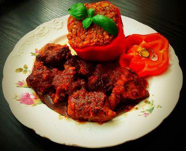 Papryka faszerowana kaszą gryczaną i warzywami z pomidorową ...