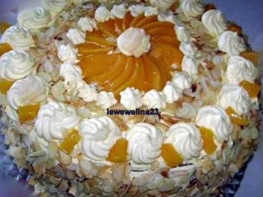 Tort z brzoskwiniami