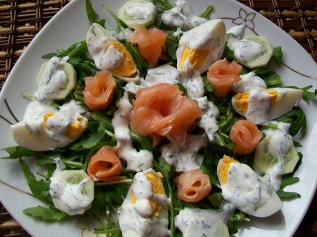 Przepis  sałatka z wędzonym łososiem i jajkiem przepis