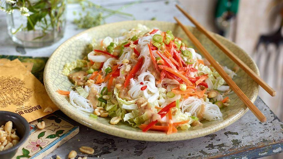 Przepis na sałatkę z makaronem ryżowym i orzechami