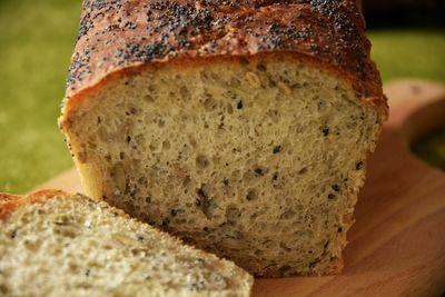 Chleb z ziarnami czarnuszki i chia