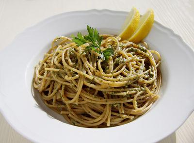 Spaghetti pełnoziarniste z pesto pietruszkowym