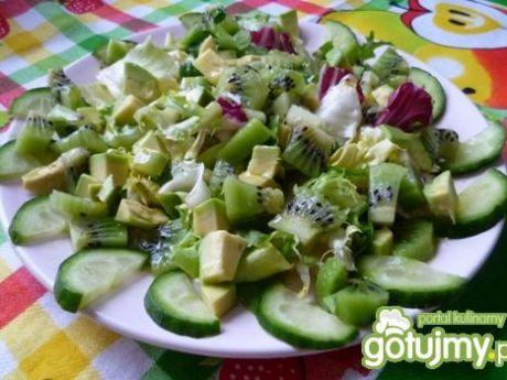 Przepis  sałatka z kiwi, avocado i ogórkiem przepis