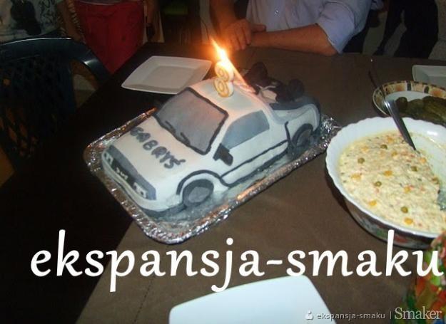 Tort w kształcie samochodu