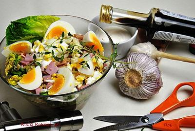 Sałatka z sałatą rzymską, szynką i sosem czosnkowym ...