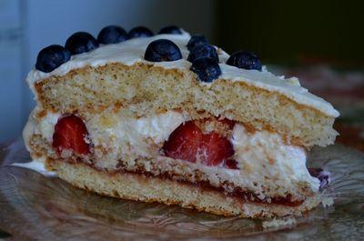 Śmietankowe ciasto z owocami
