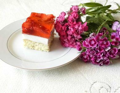 Truskawkowe ciasto z ptasim mleczkiem
