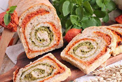 Chleb z pesto pomidorowo bazyliowym