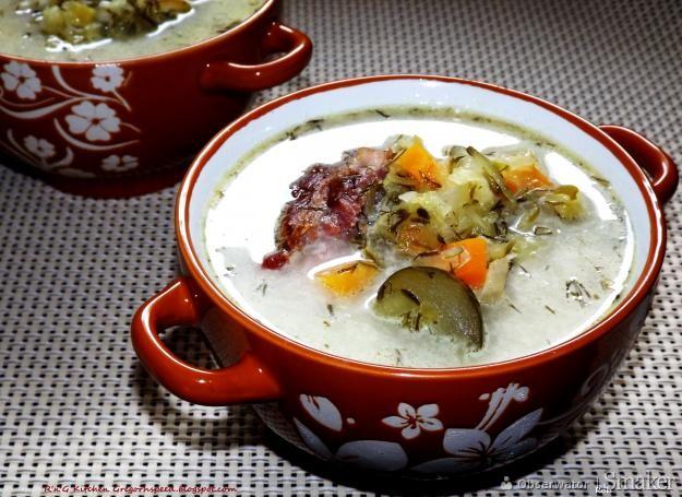 Zupa ogórkowa na wędzonych żeberkach