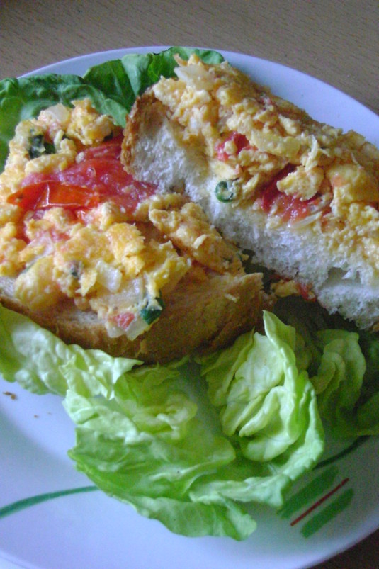 Jajecznica z pomidorami  statek na morzu sałaty