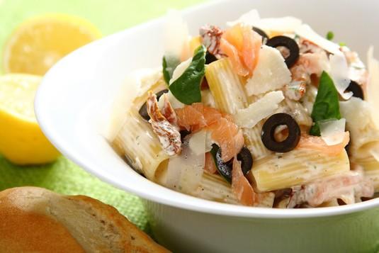 Włoska sałatka makaronowa z łososiem