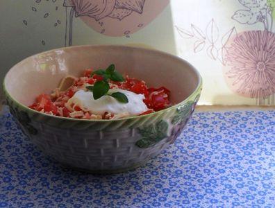 Szybka sałatka idealna na grilla czyli pomidory z żółtym serem ...