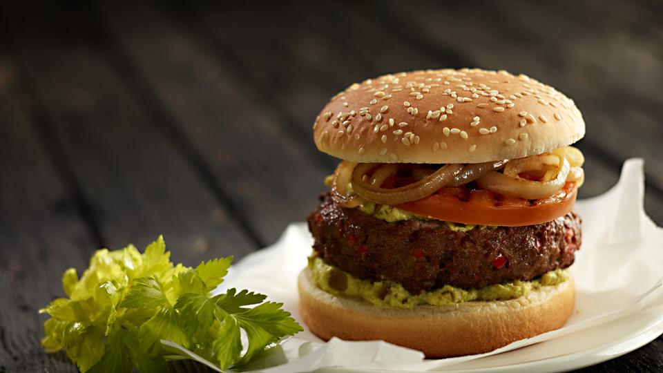 Przepis na hamburgera z grillowanym pomidorem i cebulą