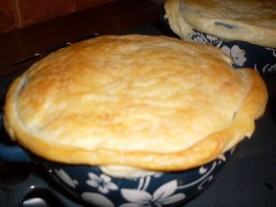 Zupa cebulowa zapiekana z ciastem francuskim