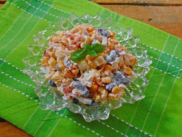 Przepis  sałatka z jajkiem i wędzonym łososiem przepis