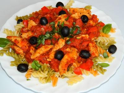 Makaron z kurczakiem w sosie pomidorowo