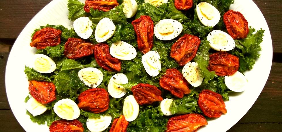 Sałatka z jarmużem, suszonymi pomidorami i jajkami przepiórczymi ...