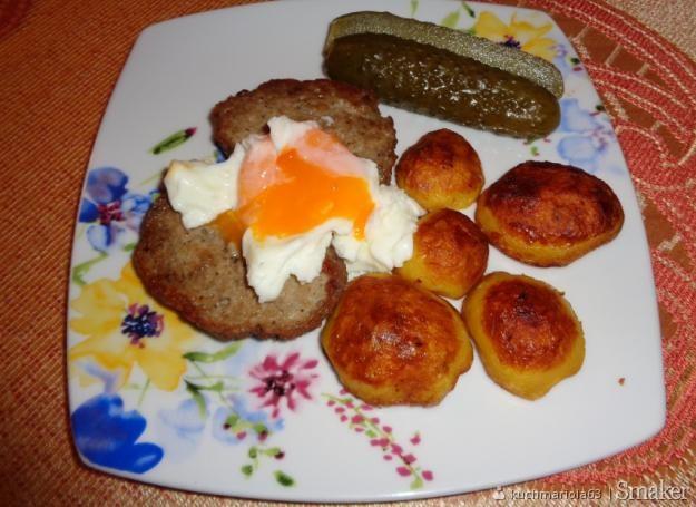 Pieczone ziemniaki, kotlet mielony, jajko z saszetki i ogórek ...
