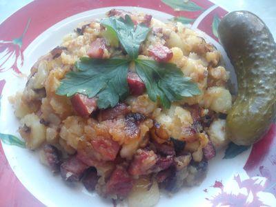 Smażone ziemniaki z kiełbasą i cebulą