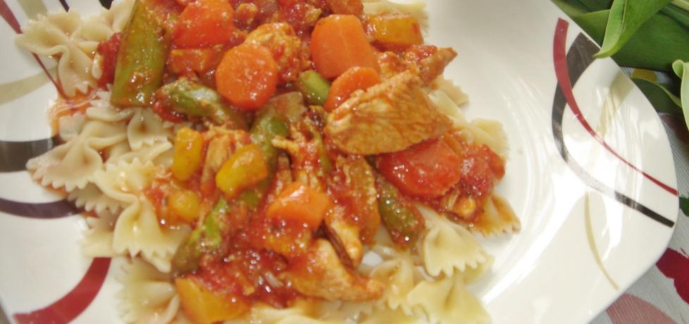 Potrawka z kurczaka ze szparagami, papryką i młodą marchewką ...