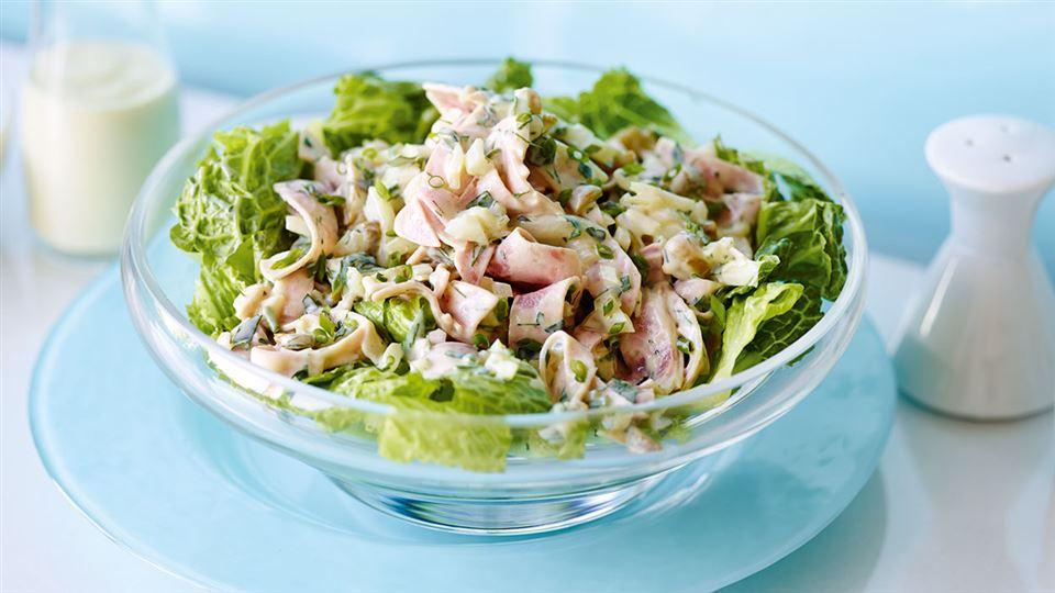 Przepis na mięsną sałatkę z ziołowym dressingiem